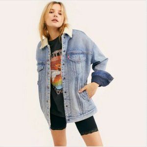 LEVI'S OVERSIZED DAD SHERPA TRUCKER JEAN JACKET